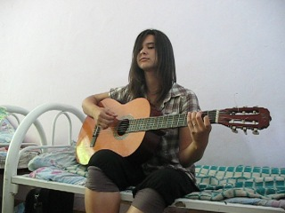 Эльвира - Zombie (Cranberries cover) Девушка поёт песню под гитару.